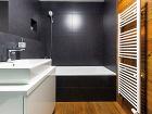 Trojfarebná kúpeľňa. Tmavý antracitový