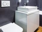 Kúpeľňa je pomerne priestranná,stenu