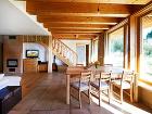 Interiér plný dreva má