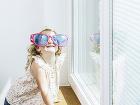 dieťa pri okne