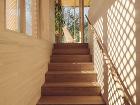 drevená chata so schodiskom