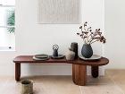 drevený stolík s dekoráciami