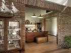 kuchyňu oddeluje tehlová stena