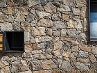 kamenná fasáda domu