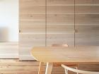vstavaný nábytok ukrýva kuchyňu