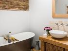 Štýlová kúpeľňa. Priznané tehlové