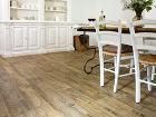Tmavá podlaha imitujúca drevené