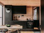 interiér chatky s čiernou
