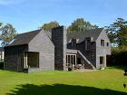 Sivohnedá stavba rodinného domu