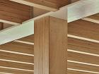 drevené trámy na strope,