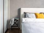 Biela čalúnená posteľ vspálni