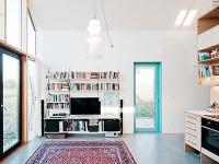 Jednoducho zariadený interiér oživujú