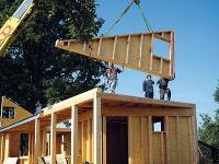 Montáž domu zdrevených panelov.