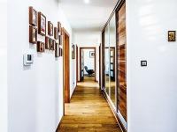 Kontrast hnedých tónov dreva