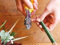 Zvyšok drôtu odstrihnite nožnicami