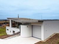 Dom má zelenú strechu,