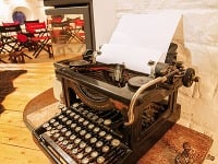 Nielen starý písací stroj,