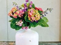 Elegantná keramická váza pôsobí