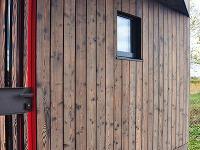 Červené dvere presvitajúce cez