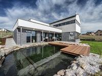 Bezbariérový rodinný dom vo svahu s jazierkom na kúpanie