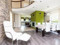 Obývačka prepojená sjedálňou akuchyňou