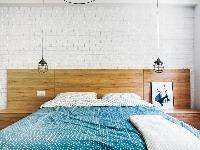 Dominantou jednoducho zariadenej spálne