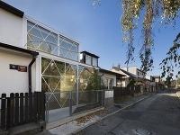 """Radový dom v Prahe s oknami na šírku parcely """"odľahčuje"""" celú ulicu"""