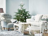 Vianočná obývacia izba v jednoduchom prírodnom štýle