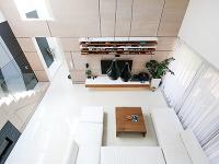 Minimalistickému interiéru dominuje biela