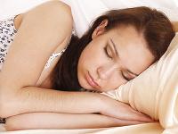 Viete, prečo by ste nemali spávať na bavlnenom vankúši?