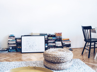 Knihy v obývačke položené