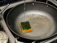 5 spôsobov, ako najlepšie vyčistiť pripálenú panvicu (VIDEO)