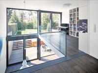 Okná majú hliníkové rámy