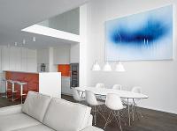 Interiéru dominuje biela farba,