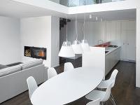 Oválny biely stôl stojí