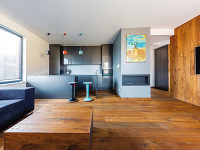 Dvojizbový pánsky byt, v ktorom vás pohltí krása všadeprítomného brúseného dubu (VIDEO)