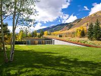 Pod zelenou strechou sa ukrýva veľkorysý rodinný dom