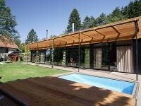 Rodinný dom so štandardným zázemím pekne zapadá do okolitej krajiny
