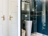 Kúpeľňa za sklom. Vmalom
