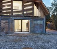 Prekvapivá premena stodoly: Do drevenej škrupiny vsadili betónové jadro!