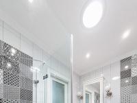 Pôvodne tmavú kúpeľňu presvetľuje