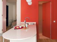 Svetloružové dvere vedľa kuchyne