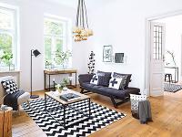 Presvetlená obývačka v čierno-bielych farbách, do ktorej sa zmestila aj pracovňa