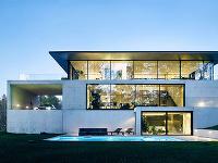 Premyslený minimalistický dom, ktorý bezpochyby vyčnieva z radu