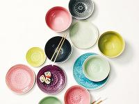 Pestrá kolekcia keramických tanierov