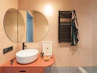 oblé zrkadlo a umývadlo