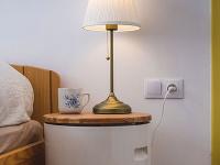 lampa na nočnom stoliku