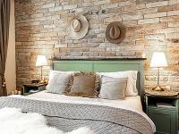 Na stene za posteľou
