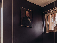 Čierna kúpeľňa so vzorovanou