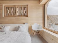 Spálňa v drevostavbe s
